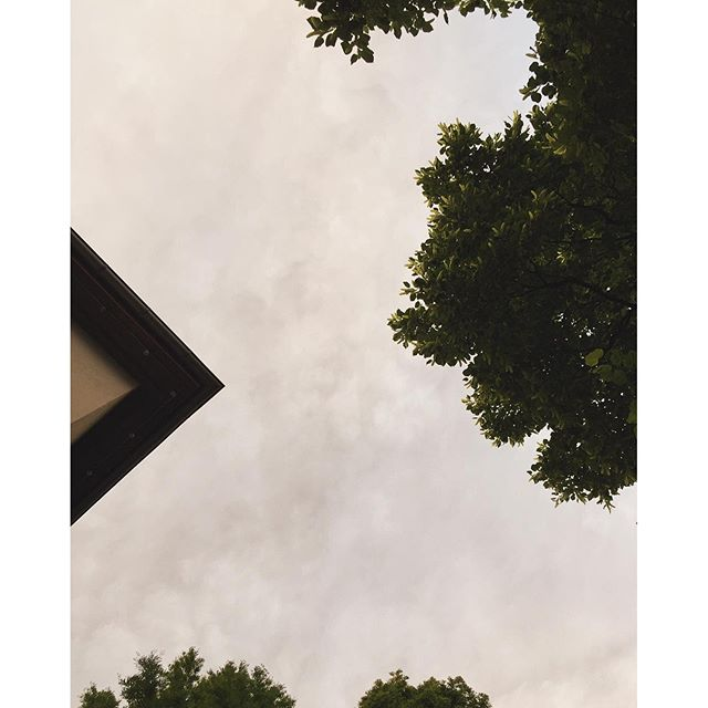 Under the sky and the triangle. --#biergarten #sommer #outdoors #clouds #trees
